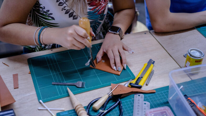 hides-and-thread-private-leathercrafting-workshop-14