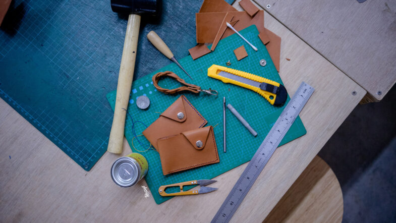 hides-and-thread-private-leathercrafting-workshop-18