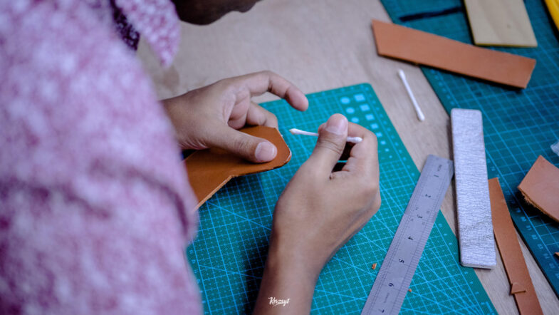 hides-and-thread-private-leathercrafting-workshop-4